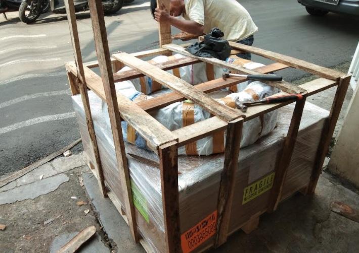 proses packing pengiriman barang